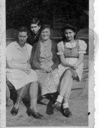 Mutter Mikulanec mit Tochter Stefanie (re), Schwiegertochter Pauline (li), Neffe (Ferry)